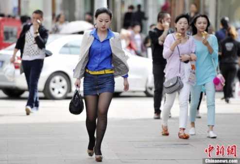 """山西太原迎31℃高温天 美女短裙""""黑丝""""性感出行"""